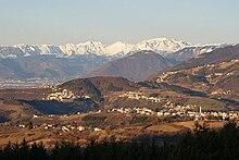 Versante sud dell'altopiano di Asiago, monte Summano e le Piccole Dolomiti sullo sfondo