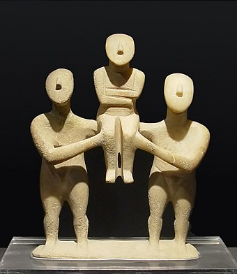 Group of three figurines, early Spedos type, Keros-Syros culture (EC II) Cycladic three figurines group.jpg