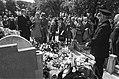 De begrafenisstoet brengt een laatste groet bij het graf van Fie Carelsen, Bestanddeelnr 928-0670.jpg