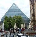 Die pyramidale Neue Zentralbibliothek aus dem Jahr 2004 ist etwa 23 Meter hoch. - panoramio.jpg