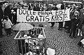 Dolle Minas vieren eenjarig bestaan, Amsterdam demonstratie voor gratis kresje, Bestanddeelnr 924-2211.jpg