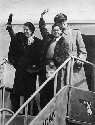 Douglas MacArthur (rear), Jean MacArthur, and son Arthur MacArthur IV returning to the Philippines for a visit in 1950 Douglas MacArthur and family, 1950.jpg