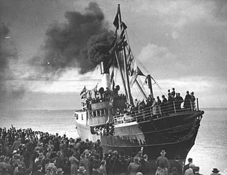 Port of Geelong - The steamboat Edina leaving Geelong on its final journey on 21 June 1938.