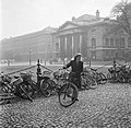 Een studente heeft haar fiets gevonden op de binnenplaats van het Trinity Colleg, Bestanddeelnr 191-0861.jpg