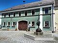 Eslarn Rathaus mit Brunnen.jpg