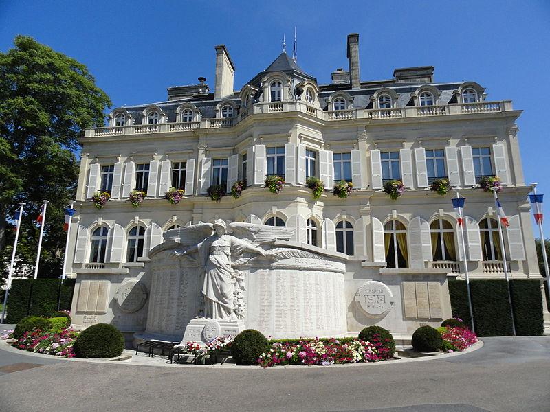 Façade de l'Hôtel de Ville d'Épernay, du côté de l'Avenue de Champagne, avec le monument aux morts