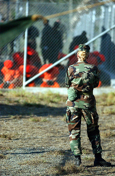 Archivo:Female GI observes first 20 captives being processed on January 11, 2002.jpg