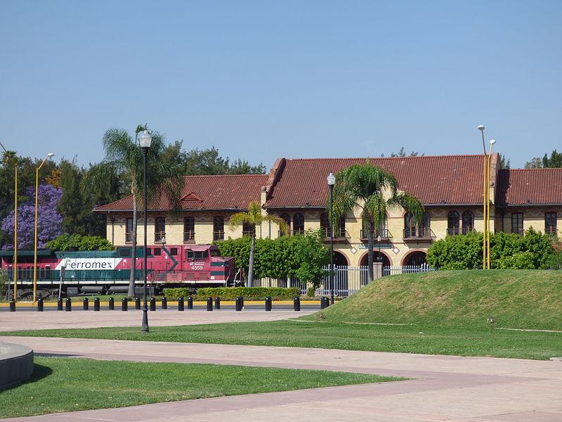 File:Ferrocarril pasando frente a la antigua estación de ferrocarriles en Aguascalientes 01.JPG