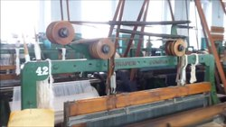 Fil:From line shaft to power looms.ogv