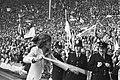 Geblesseerde Ruud Krol (met stok) komt het veld op Engelse bobby's kijken toe, Bestanddeelnr 924-6094.jpg
