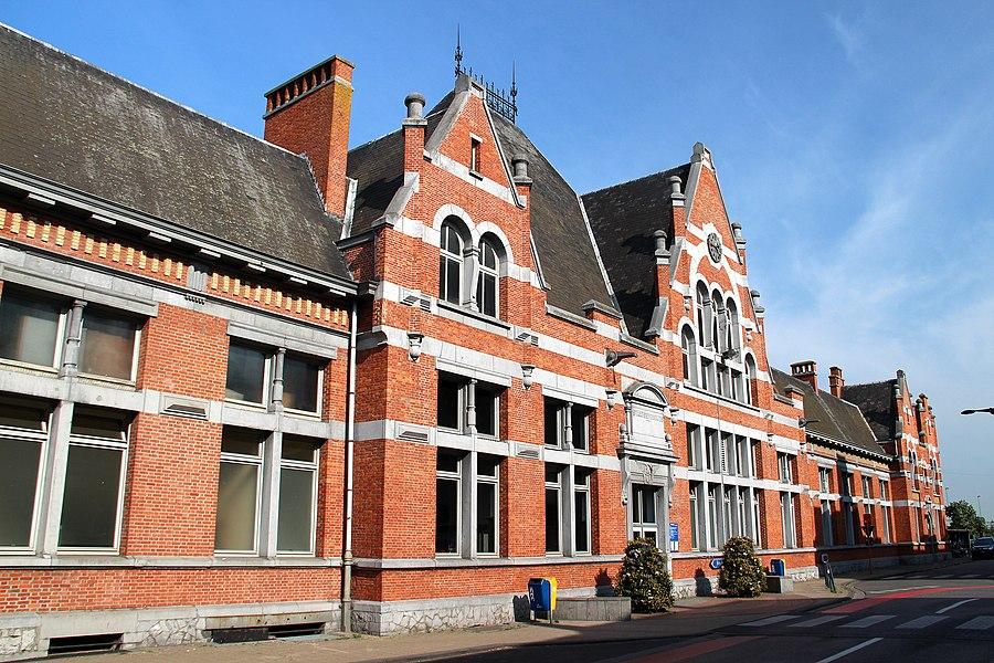 Grensstation op de lijn Antwerpen-Essen-Roosendaal (Nederland) aangelegd voor stoomtreinen in 1854, geëlektrificeerd in 1954. Station in eclectische stijl van 1901 (het oude station van 1854 werd gesloopt en in 1891 vervangen door een voorlopig station).