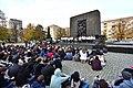 Grupa izraelskiej młodzieży pod pomnikiem Bohaterów Getta w Warszawie 2017.jpg