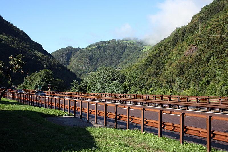 File:Guardrails Leitplanke Brennerautobahn Italien Suedtirol.jpg
