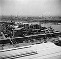 Haven van Bazel-Kleinhüningen met opslagtanks van Esso en BP, gezien vanaf de Si, Bestanddeelnr 254-1270.jpg