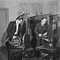 Het inpakken van de instrumenten voor het concertgebouworkest, Bestanddeelnr 901-4266.jpg