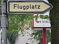Hinweisschild zum Flugplatz, recht dicht beim Flensburger Rathaus, Bild 08.JPG