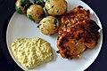 Hjemmelavet remoulade, kartofler med ramsløg og fiskefrikadeller med asparges, laks og rejer (5734178372).jpg