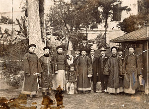 Huang Zunxian - Huang (pictured in direct middle of front row) with family members, circa 1900