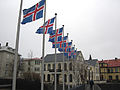 Islandske flagg utenfor radhuset i Reykjavik.jpg