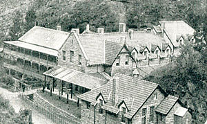 Jenolan Caves House - Image: Jenolan Caves House showing tiled Vernon wing 1897