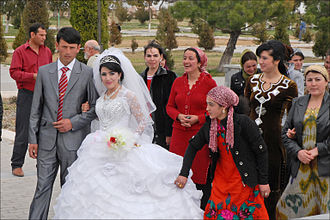 Newlywed couples visit Tamerlane's statues to receive wedding blessings. Jeunes Maries dans le parc dAk Saray (Shahrisabz) (6018352949).jpg