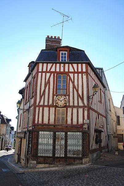 Maison à pans de bois à Joigny, Place du Pilori, en bas de la Rue Boffrand. La façade est surmontée d'une horloge car une ancienne horlogerie occupait la boutique dans le courant du XXe siècle.