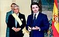 José María Aznar impone al diputado Enrique Múgica la Gran Cruz de la Orden de Isabel la Católica. Pool Moncloa. 12 de mayo de 1999.jpeg