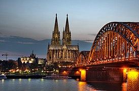 Kölner Dom und Hohenzollernbrücke Abenddämmerung (9706 7 8).jpg