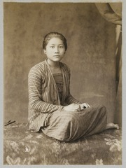 KITLV 12077 - Kassian Céphas - A young woman, presumably at Yogyakarta - Around 1880.tif