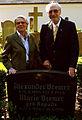 Karola und Alexander Bremer, Mitglieder im Welfenbund, bei der Feier zur Präsentation des restaurierten Grabmals von Ernst von Malortie auf dem Herrenhäuser Friedhof.jpg