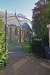 foto van Nederlands Hervormde Kerk: smeedijzeren toegangshek, uitgevoerd in Lodewijk XV-stijl, met gebogen zijstukken en top, versierd met voluten en rocaillemotieven, deels verguld