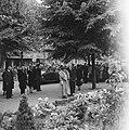 Kranslegging van H.M. Koningin Wilhelmina aan de Apollolaan, rechts waarnemend , Bestanddeelnr 900-4525.jpg