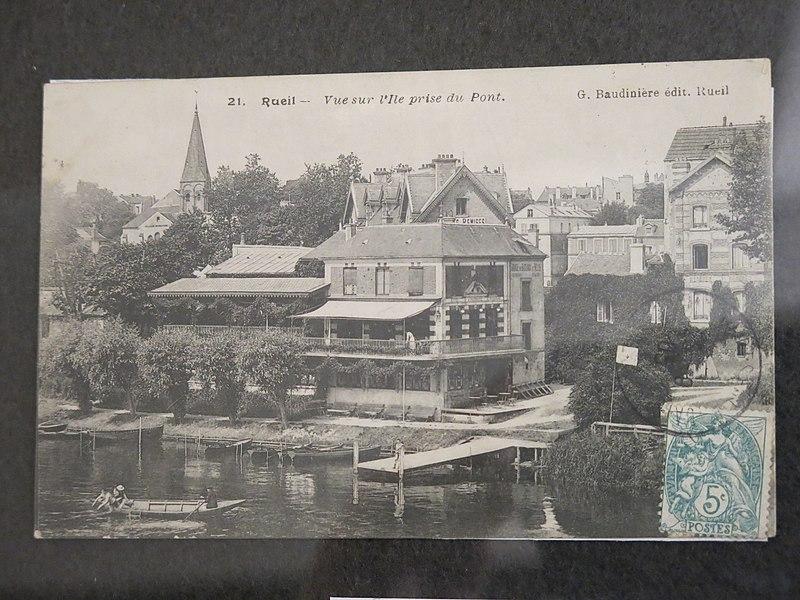 File:La maison Fournaise vue sur l'île depuis le pont.jpg
