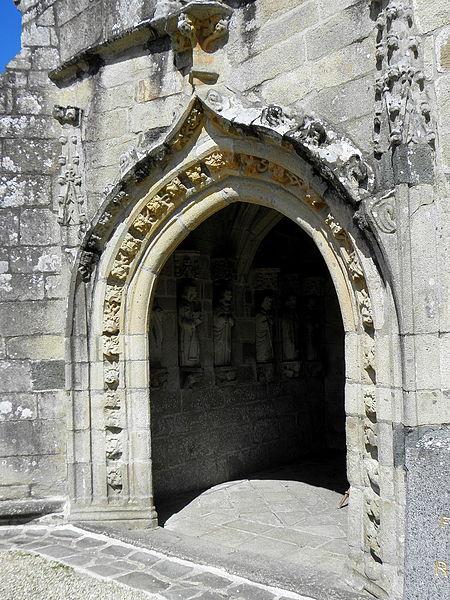 Église Saint-Loup de Lanloup (22). Entrée du porche sud.