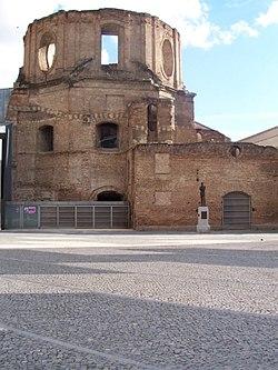 Las Iglesia de las Escuelas Pías de Lavapiés, incendiada el día siguiente al estallido de la Guerra Civil por los partidarios del Frente Popular . No se reconstruyó y permaneció en ruinas hasta 2002, cuando fue parcialmente reformada en una biblioteca de la UNED.