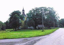 Kostel sv. Filip a Jakuba na návsi ve Lhotě.