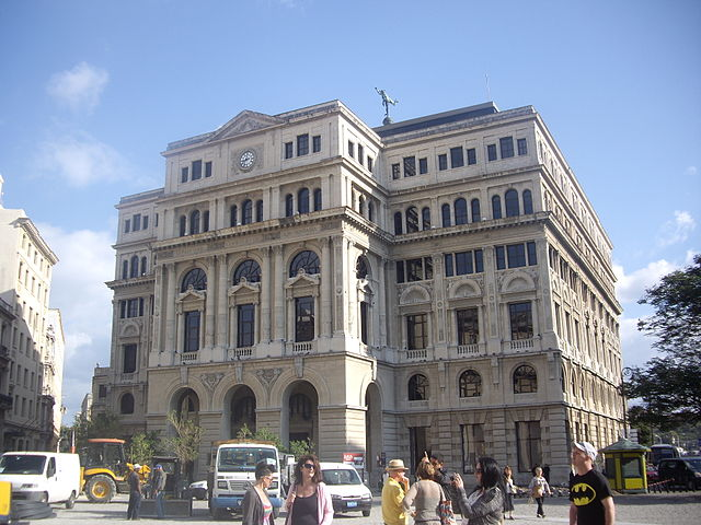 Lonja de Comercio em la plaza San Francisco de Asís de la Habana|Von Mmoyaq (Own work) [CC BY-SA 3.0 (http://creativecommons.org/licenses/by-sa/3.0)], via Wikimedia Commons