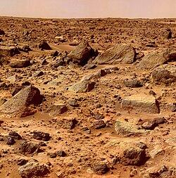Sol jonché de rochers volcaniques vu par Mars Pathfinder le 8 septembre 1999[120].