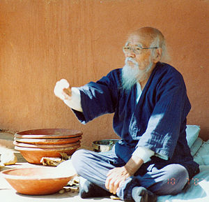 English: Masanobu Fukuoka throwing the first s...
