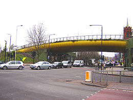 Il Green Bridge che collega le due parti del Parco di Mile End, scavalcando la Mile End Road