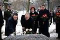 Ministru prezidents Valdis Dombrovskis piedalās 1991.gada barikāžu aizstāvju atceres dienas pasākumos pie Brīvības pieminekļa (6730894483).jpg