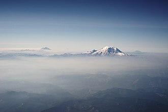 Cascade Range - Image: Mount Rainier and other Cascades mountains poking through clouds