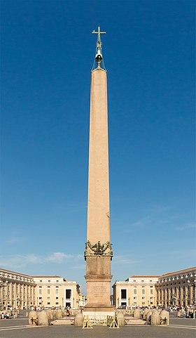 Древнеегипетский обелиск на площади Святого Петра в Ватикане. По средневековому преданию, в бронзовом шаре на вершине обелиска находился прах Цезаря