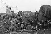 Opruimen van treinravage bij Woerden Wagons bedekt met zeilen, Bestanddeelnr 913-3831.jpg