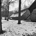 Overzicht van de rechter zijgevel van de boerderij met rieten dak, links het voormalige bakhuis - Baarn - 20027204 - RCE.jpg