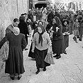Paasviering. Gelovigen, voornamelijk vrouwen, bij de ingang van de Heilige Grafk, Bestanddeelnr 255-5254.jpg