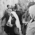 Paasviering. Vrouwelijke gelovigen met hun kaarsen in de hand bij het verlaten v, Bestanddeelnr 255-5251.jpg