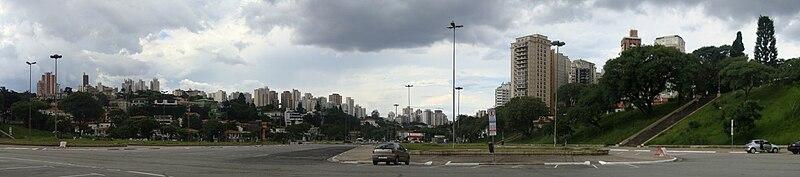 Fotografia panorâmica do bairro a partir da Praça Charles Miller.