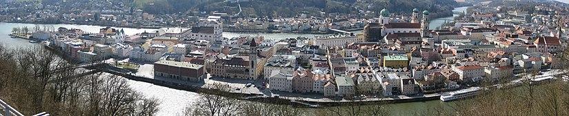 Vista panorámica del casco antiguo y la de la punta donde confluyen los tres ríos.