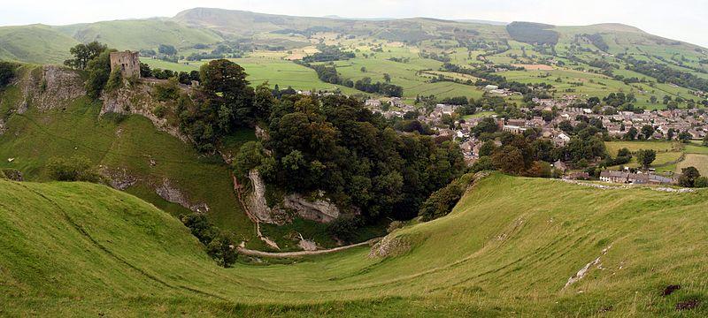 Vido en Hope Valley. Peveril Castle estas dekstraflanke, imponi super la pejzaĝo, kaj malsupre dekstraflanke estas la setlejo de Castleton.